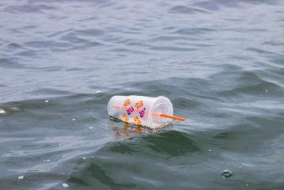 Gode alternativer til engangsglass i plastikk